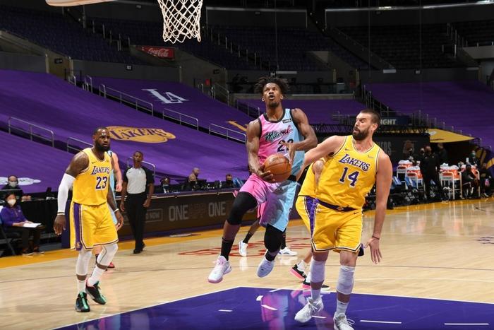 Los Angeles Lakers nhận thất bại đáng tiếc trước Miami Heat ngay tại STAPLES Center - Ảnh 1.