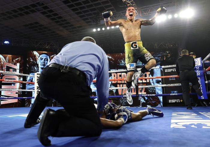 Hạ đo ván thuyết phục Miguel Berchelt, tay đấm bất bại Oscar Valdez giành về chiếc đai WBC danh giá - Ảnh 8.
