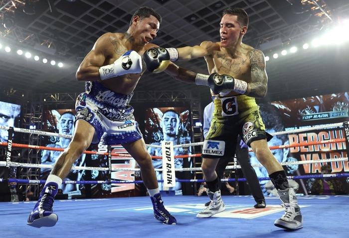 Hạ đo ván thuyết phục Miguel Berchelt, tay đấm bất bại Oscar Valdez giành về chiếc đai WBC danh giá - Ảnh 2.
