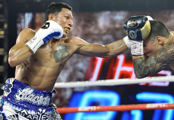 Hạ đo ván thuyết phục Miguel Berchelt, tay đấm bất bại Oscar Valdez giành về chiếc đai WBC danh giá - Ảnh 5.
