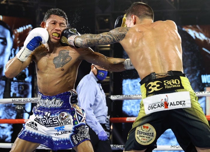 Hạ đo ván thuyết phục Miguel Berchelt, tay đấm bất bại Oscar Valdez giành về chiếc đai WBC danh giá - Ảnh 3.