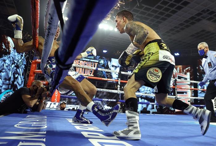 Hạ đo ván thuyết phục Miguel Berchelt, tay đấm bất bại Oscar Valdez giành về chiếc đai WBC danh giá - Ảnh 4.