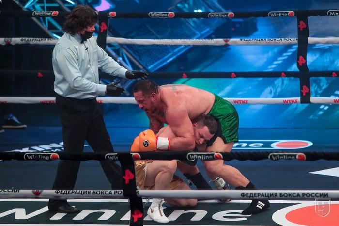 Lực sĩ thể hình đánh bại võ sĩ MMA trong trận đấu boxing siêu chênh lệch về hạng cân - Ảnh 3.