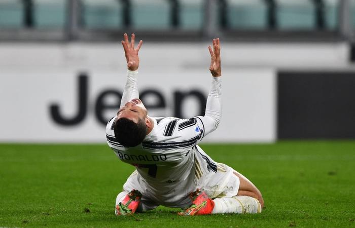 Ronaldo bỏ lỡ 2 cơ hội khó tin nhưng vẫn sắm vai người hùng giúp Juve trở lại đường đua vô địch Serie A - Ảnh 2.