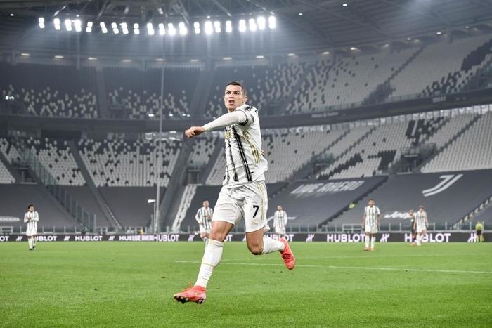 Ronaldo bỏ lỡ 2 cơ hội khó tin nhưng vẫn sắm vai người hùng giúp Juve trở lại đường đua vô địch Serie A - Ảnh 1.