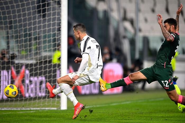 Ronaldo bỏ lỡ 2 cơ hội khó tin nhưng vẫn sắm vai người hùng giúp Juve trở lại đường đua vô địch Serie A - Ảnh 3.
