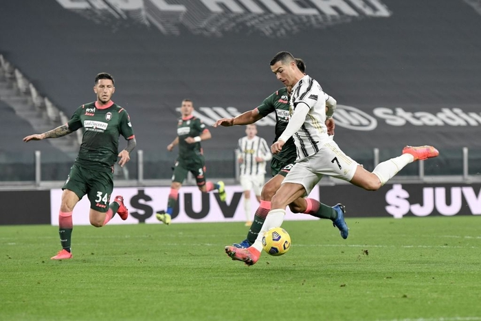 Ronaldo bỏ lỡ 2 cơ hội khó tin nhưng vẫn sắm vai người hùng giúp Juve trở lại đường đua vô địch Serie A - Ảnh 7.