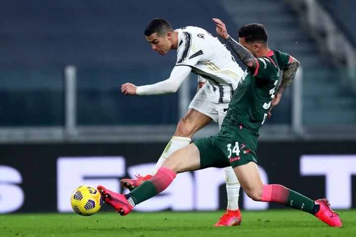 Ronaldo bỏ lỡ 2 cơ hội khó tin nhưng vẫn sắm vai người hùng giúp Juve trở lại đường đua vô địch Serie A - Ảnh 6.