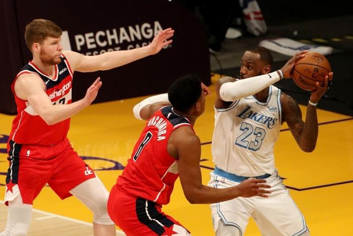 """""""Tự hủy"""" cách biệt 17 điểm, Los Angeles Lakers nhận thất bại muối mặt trước Washington Wizards - Ảnh 1."""