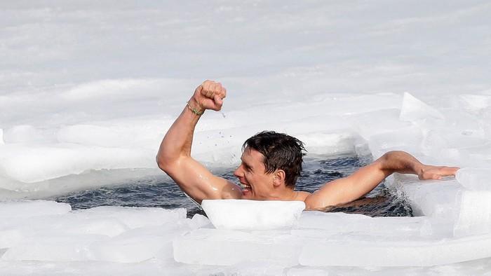 Thợ lặn người Séc gây kinh ngạc với kỷ lục không tưởng được thực hiện tại hồ băng - Ảnh 2.