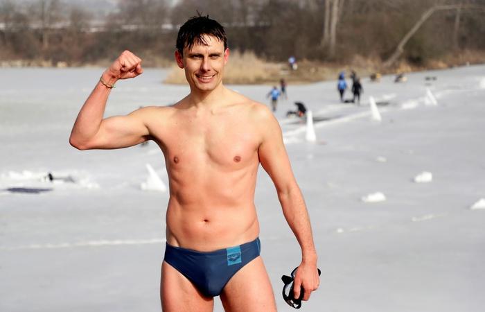 Thợ lặn người Séc gây kinh ngạc với kỷ lục không tưởng được thực hiện tại hồ băng - Ảnh 3.