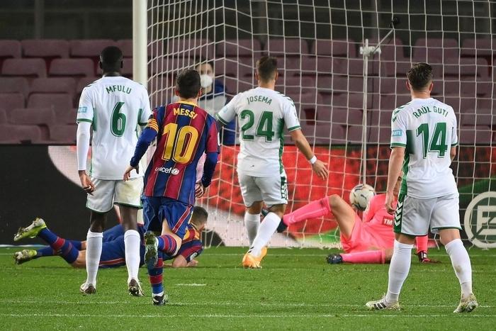 Messi tỏa sáng giúp Barca gỡ thế bế tắc trước đội áp chót La Liga - Ảnh 8.