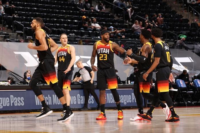 Utah Jazz thắng dễ Los Angeles Lakers bằng cơn mưa 3 điểm - Ảnh 2.