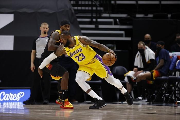 Utah Jazz thắng dễ Los Angeles Lakers bằng cơn mưa 3 điểm - Ảnh 1.
