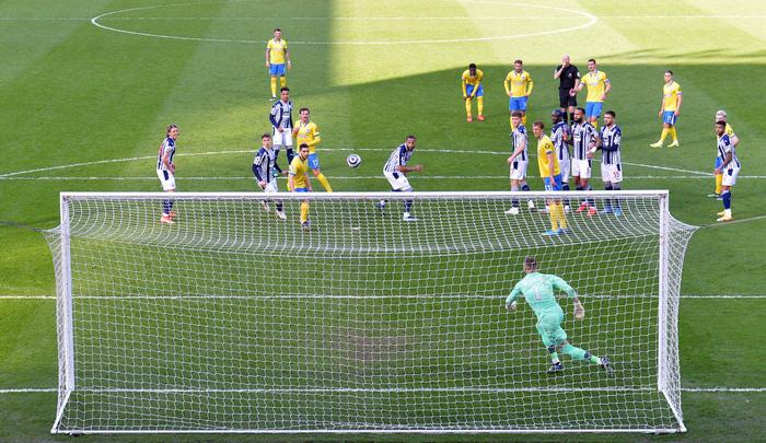 Thảm họa trọng tài Premier League: Hai lần bẻ còi với 1 tình huống - ảnh 4