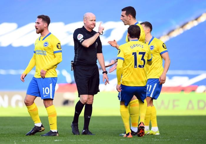 Thảm họa trọng tài Premier League: Hai lần bẻ còi với 1 tình huống - ảnh 9