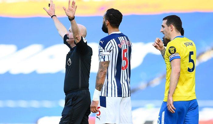 Thảm họa trọng tài Premier League: Hai lần bẻ còi với 1 tình huống - ảnh 7