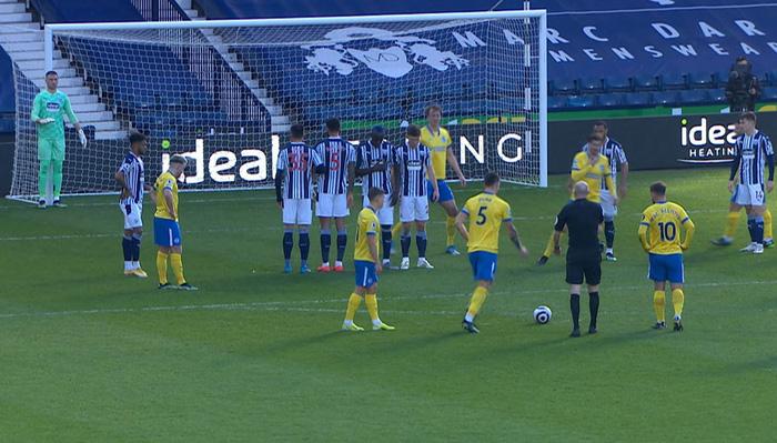 Thảm họa trọng tài Premier League: Hai lần bẻ còi với 1 tình huống - ảnh 3
