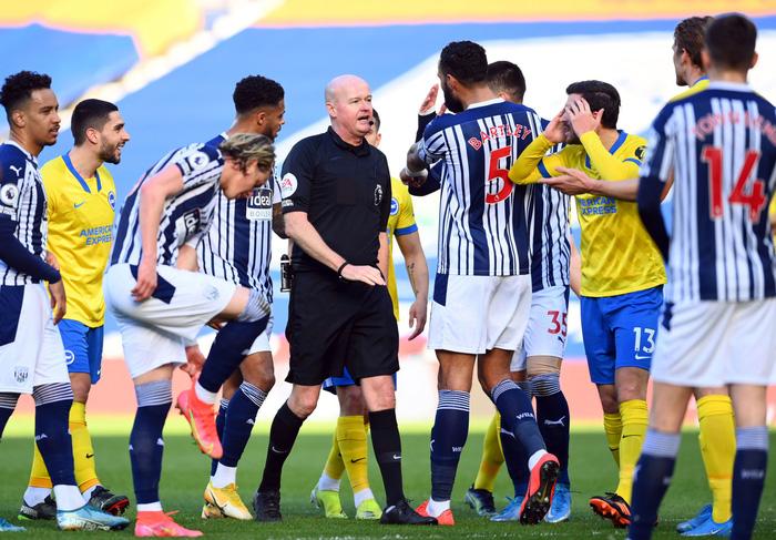 Thảm họa trọng tài Premier League: Hai lần bẻ còi với 1 tình huống - ảnh 1