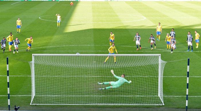 Thảm họa trọng tài Premier League: Hai lần bẻ còi với 1 tình huống - ảnh 11