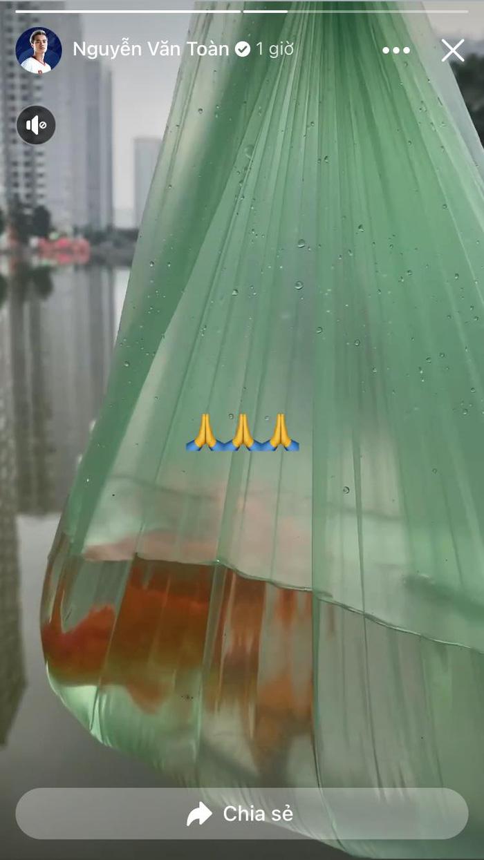 Văn Toàn một mình thả cá, Thành Chung tất bật sắm lễ cùng bạn gái ngày ông Công, ông Táo - Ảnh 1.