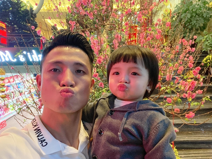 Về nhà đón Tết, hội tuyển thủ Việt Nam thi nhau khoe ảnh tình cảm bên con yêu - Ảnh 1.