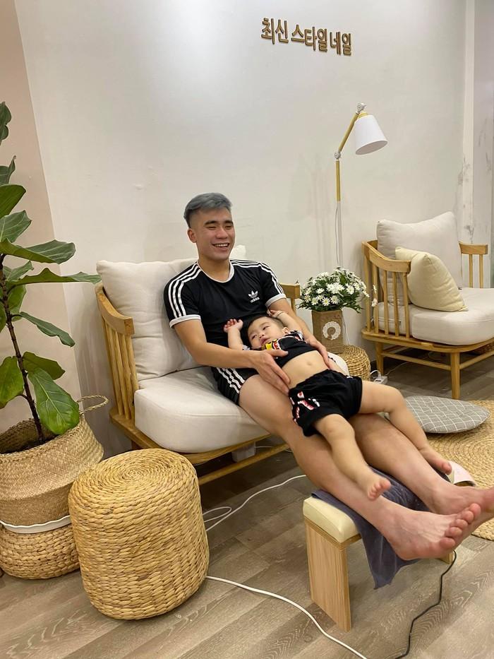 Về nhà đón Tết, hội tuyển thủ Việt Nam thi nhau khoe ảnh tình cảm bên con yêu - Ảnh 9.