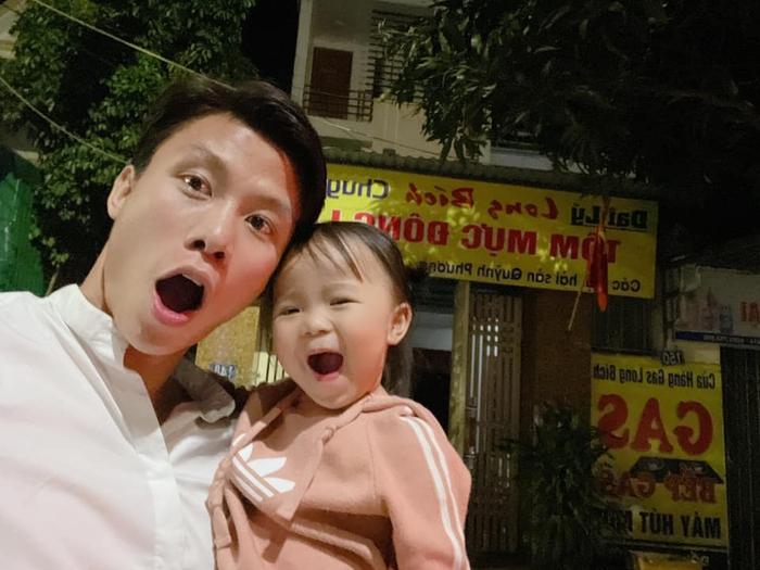 Về nhà đón Tết, hội tuyển thủ Việt Nam thi nhau khoe ảnh tình cảm bên con yêu - Ảnh 4.
