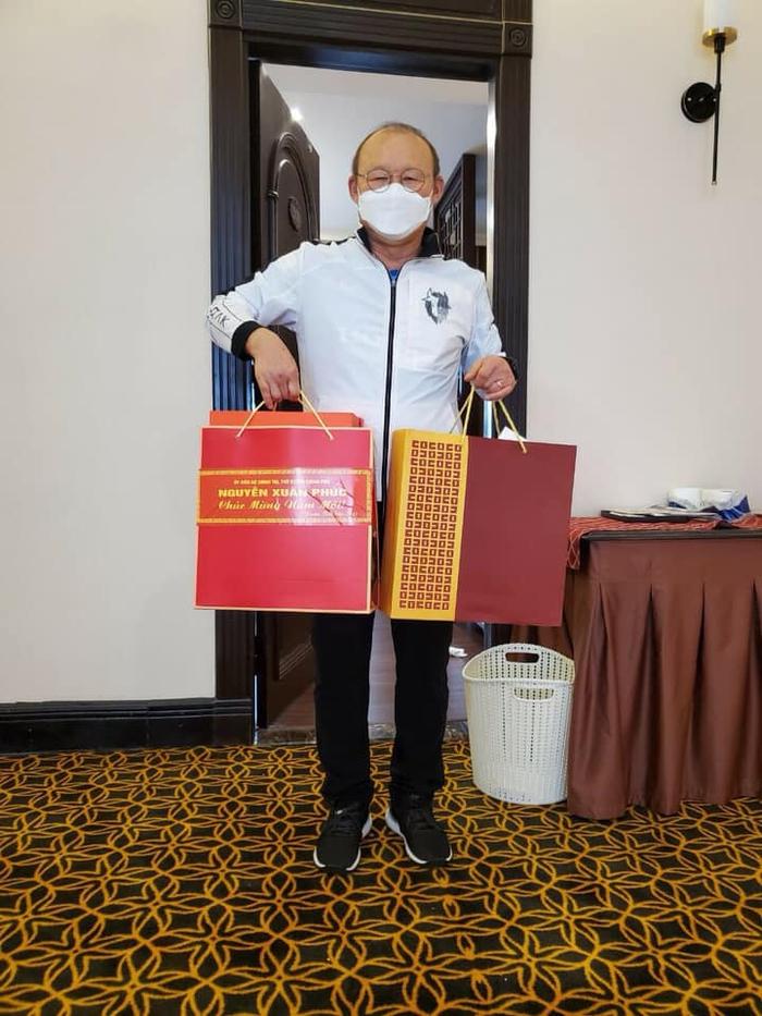 HLV Park Hang-seo nhận quà Tết từ Thủ tướng sau khi trở lại Việt Nam - Ảnh 1.