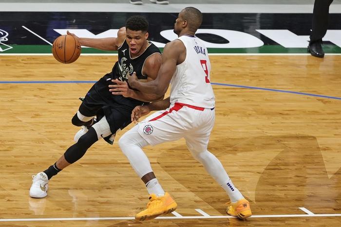 Giannis Antetokounmpo khẳng định đẳng cấp MVP, gánh cả Milwaukee Bucks trên vai - Ảnh 1.