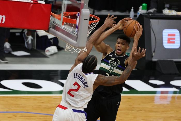 Giannis Antetokounmpo khẳng định đẳng cấp MVP, gánh cả Milwaukee Bucks trên vai - Ảnh 2.