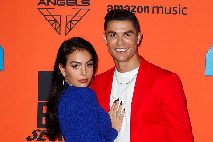 Ronaldo bị bạn gái cấm thay bóng đèn trong nhà, nghe lý do đủ biết nàng quan tâm đến chàng nhiều như thế nào - Ảnh 1.