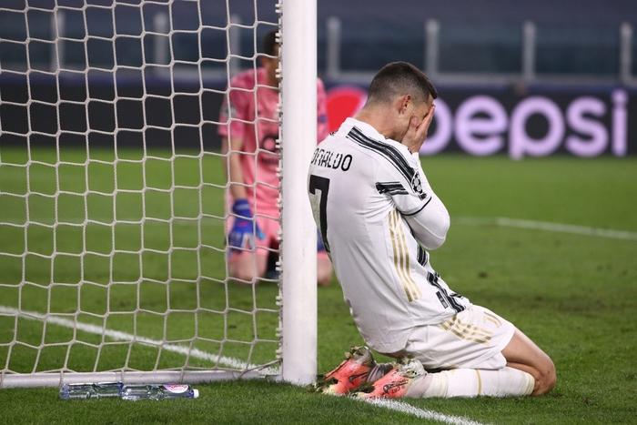 Ronaldo bị ném đá dữ dội vì sợ bóng khiến Juve cay đắng rời Champions League - Ảnh 7.