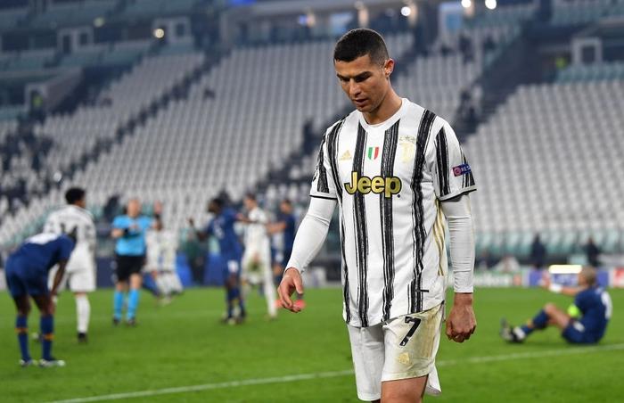 Ronaldo bị ném đá dữ dội vì sợ bóng khiến Juve cay đắng rời Champions League - Ảnh 4.