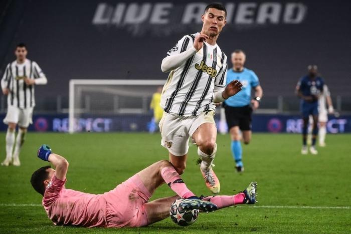 Ronaldo bị ném đá dữ dội vì sợ bóng khiến Juve cay đắng rời Champions League - Ảnh 6.
