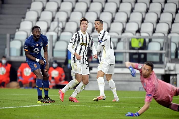 Ronaldo bị ném đá dữ dội vì sợ bóng khiến Juve cay đắng rời Champions League - Ảnh 5.