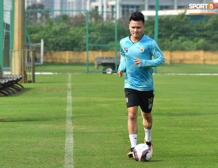 Quang Hải lủi thủi tập riêng, Hà Nội FC giữ tinh thần lạc quan trước trận đấu gặp Hải Phòng - Ảnh 1.