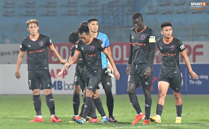 Tiến Linh quên nghi thức chào khán giả sau trận, buồn bã rời sân dù ghi bàn - Ảnh 8.