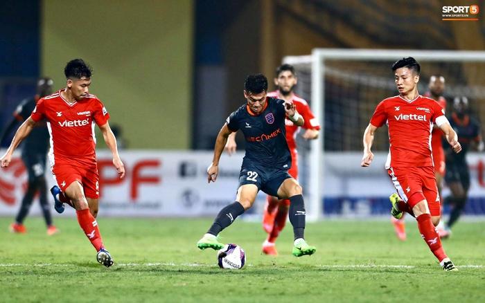 Tiến Linh quên nghi thức chào khán giả sau trận, buồn bã rời sân dù ghi bàn - Ảnh 2.