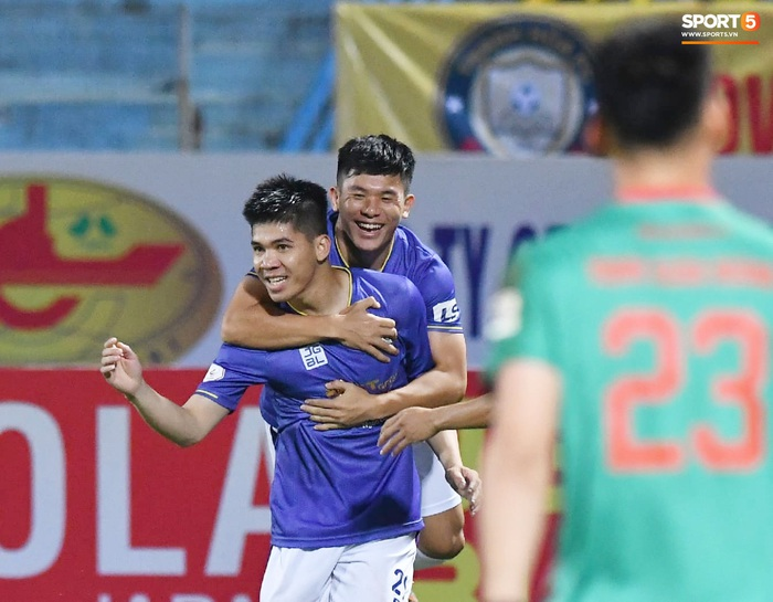 """Biểu cảm kỳ lạ của HLV từng vô địch Champions League khi Thanh Hóa phá lưới Hà Nội FC, khiến trợ lý """"quên"""" cả ăn mừng    - Ảnh 4."""