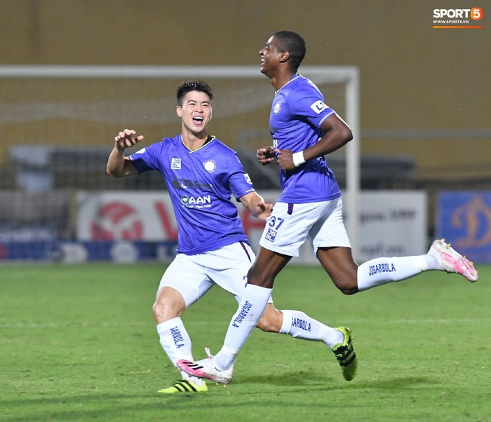 """Biểu cảm kỳ lạ của HLV từng vô địch Champions League khi Thanh Hóa phá lưới Hà Nội FC, khiến trợ lý """"quên"""" cả ăn mừng    - Ảnh 5."""