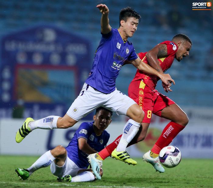 Bùng nổ 6 phút đầu trận, Hà Nội FC vẫn thắng nhọc trong ngày đặc biệt ở V.League - Ảnh 9.