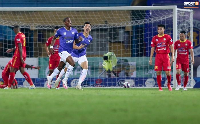 Bùng nổ 6 phút đầu trận, Hà Nội FC vẫn thắng nhọc trong ngày đặc biệt ở V.League - Ảnh 4.