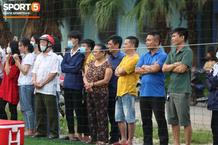 Đông đảo người hâm mộ Hà Tĩnh háo hức xem Công Phượng, Văn Toàn trên sân tập - Ảnh 4.