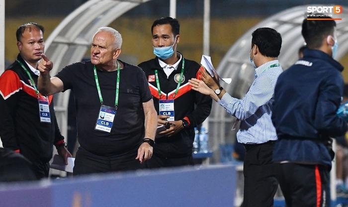 """Biểu cảm kỳ lạ của HLV từng vô địch Champions League khi Thanh Hóa phá lưới Hà Nội FC, khiến trợ lý """"quên"""" cả ăn mừng    - Ảnh 2."""