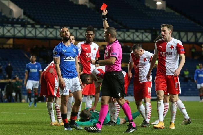Đội bóng của huyền thoại Steven Gerard toang nặng: Học trò đạp nát mặt thủ môn đối phương, tổng cộng 2 thẻ đỏ và bị loại - Ảnh 4.
