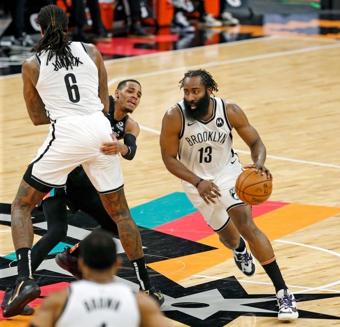 """Kyrie Irving trở lại, Brooklyn Nets vẫn """"xém chết"""" trước San Antonio Spurs - Ảnh 2."""