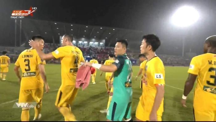 Xuân Trường nổi nóng, cãi nhau với ngoại binh Hàn Quốc của HAGL sau trận đấu - Ảnh 4.