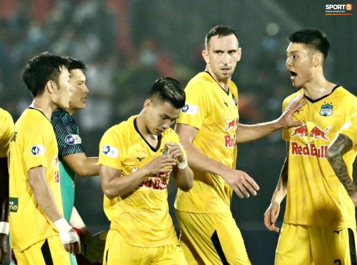 Xuân Trường nổi nóng, cãi nhau với ngoại binh Hàn Quốc của HAGL sau trận đấu - Ảnh 3.