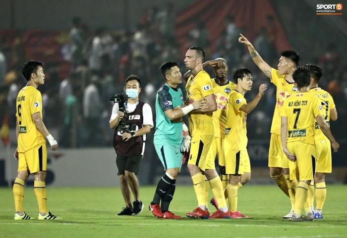 Xuân Trường nổi nóng, cãi nhau với ngoại binh Hàn Quốc của HAGL sau trận đấu - Ảnh 2.